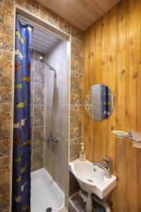 A bathroom at Tayozhnoe lukoshko