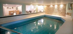 Der Swimmingpool an oder in der Nähe von PIEPers Landidyll Hotel