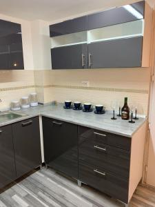 A kitchen or kitchenette at Airport16 bed and breakfast