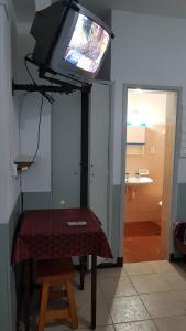 Una televisión o centro de entretenimiento en HOSTEL SALTA 1285
