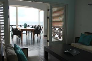 Een zitgedeelte bij Scuba Lodge & Suites