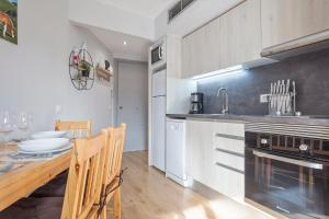 A kitchen or kitchenette at Acogedor Apartamento Baqueira 1500