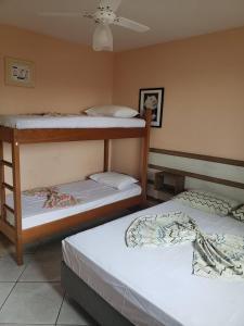 Uma ou mais camas em beliche em um quarto em Pousada Mirante Dos Barcos