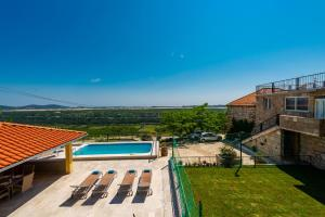 A view of the pool at Villa Tea or nearby
