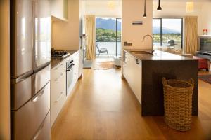 A kitchen or kitchenette at Villa Del Lago