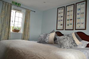 A bed or beds in a room at Inn For all seasons