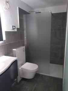 A bathroom at Pension Am Waldrand