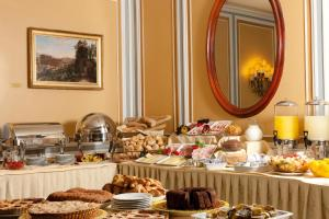 Breakfast options available to guests at Hotel Victoria