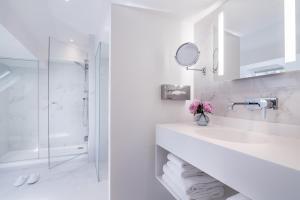 A bathroom at Hôtel Beauchamps