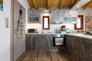 A kitchen or kitchenette at Orianna Apartment Airport by Airstay