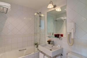 A bathroom at Hotel Lorette - Astotel