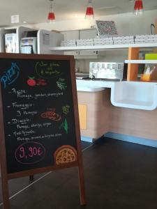 Cuisine ou kitchenette dans l'établissement ibis budget Annemasse Geneve