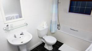 A bathroom at Warrens Village Motel and Self Catering