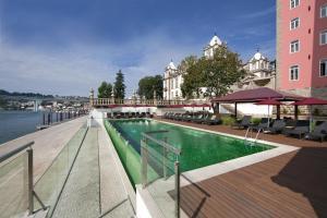 A piscina localizada em Pestana Palácio do Freixo, Pousada & National Monument - The Leading Hotels of the World ou nos arredores