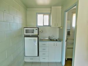 A kitchen or kitchenette at Hatton Vale Motel