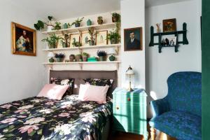 Postel nebo postele na pokoji v ubytování Krumlovský dům v zahradě