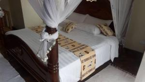 A bed or beds in a room at Lake Bunyonyi Rock Resort
