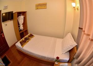 A bed or beds in a room at Hotel Homey Mandalay