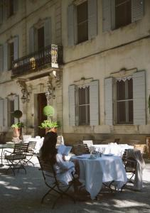 A restaurant or other place to eat at Hotel Château Des Alpilles
