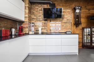 A kitchen or kitchenette at Apartament na Wesołej