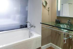 A bathroom at Oca Vila de Allariz Hotel & Spa