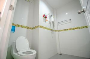 A bathroom at Tum Mai Kaew Resort