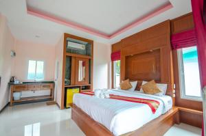 A bed or beds in a room at Tum Mai Kaew Resort