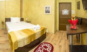 Un pat sau paturi într-o cameră la Hotel EOS