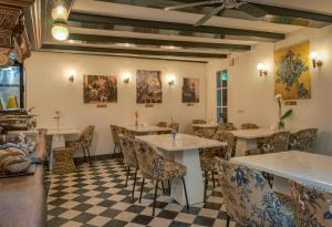 A restaurant or other place to eat at Hotel des Arts