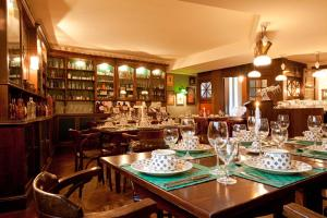 A restaurant or other place to eat at Vienna House Sonne Rostock