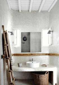 A bathroom at Soho Roc House Mykonos