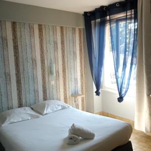 A bed or beds in a room at Hôtel du Monolithe