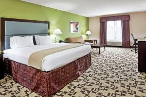 A bed or beds in a room at Holiday Inn Express Troutville-Roanoke North