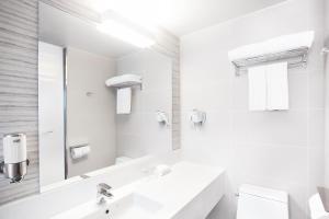 A bathroom at Holiday Inn Express Suwon Ingye