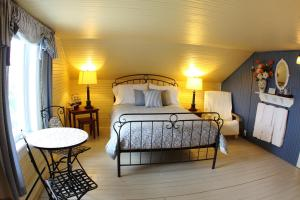 Un ou plusieurs lits dans un hébergement de l'établissement La Grange aux Hiboux Gîte et Restaurant B&B