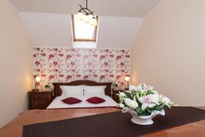A bed or beds in a room at Pension Montana Popa