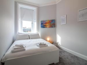 A bed or beds in a room at Modern 1BR Apartment in Heart of West End