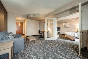A seating area at Monte Carlo Inn Brampton