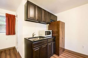 A kitchen or kitchenette at Motel 6-Tinton Falls, NJ