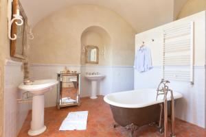 A bathroom at Château la Roque Provence