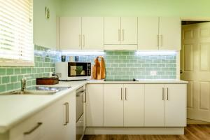 A kitchen or kitchenette at Alarks Nest Bed and Breakfast