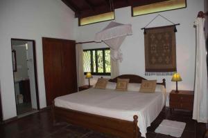 Een bed of bedden in een kamer bij Lavinia Garden Bungalows