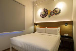 A bed or beds in a room at TOOJOU Kota Kinabalu