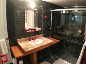 A bathroom at Pousada Villa D'Amore