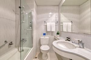 A bathroom at Hotel Creta Princess Aquapark & Spa