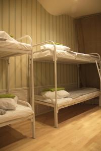 Двухъярусная кровать или двухъярусные кровати в номере Houseton Rooms