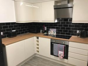 A kitchen or kitchenette at Webb Lodge