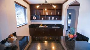A kitchen or kitchenette at Lincoln Arms Suites