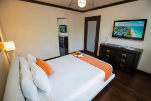 A bed or beds in a room at Lincoln Arms Suites
