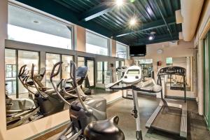 The fitness centre and/or fitness facilities at Holiday Inn Express Kamloops